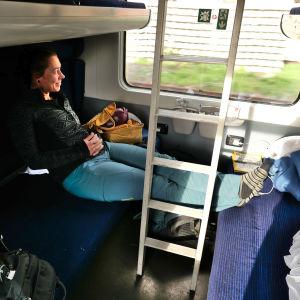 Sanna-Mari Kunttu sitter vid tågets fönster och tittar ut.