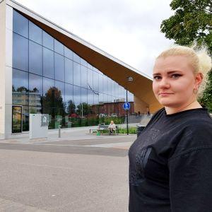 Cathryona Sirviö utanför Månsasgården.