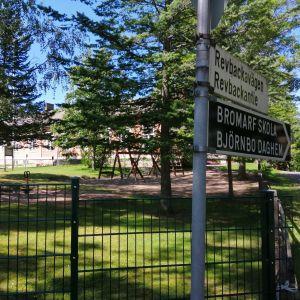 En skylt som visat var Bromarv skola och daghem finns.