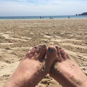 sandiga tår på somrig sandstrand
