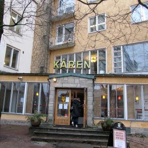 En person går in genom dörren till Kåren i Åbo.