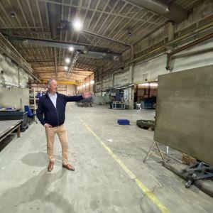 Toimitusjohtaja Juha Soini tyhjällä konepajalla