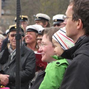 Publiken lyssnar i Kaisaniemiparken.