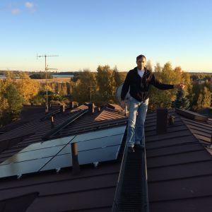 Aurinkopaneeleja rivitalon katolla.