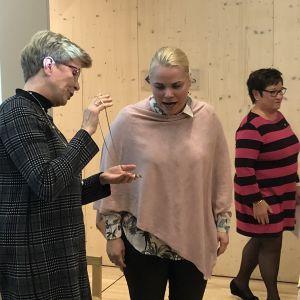 Monica Avellan överräcker ordförandehalsbandet till Anna Wahren-Cederberg. I bakgrunden valberedningskommitténs ordförande Ulrika Jansson.