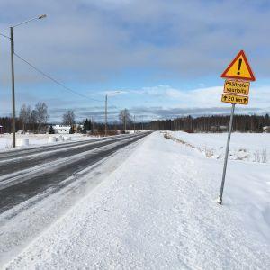 Päällystevaurioita-kyltti valtatie 13:n varressa.