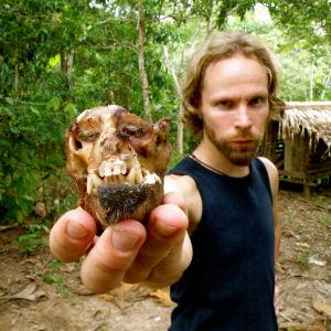 Tuomas Milonoff Brasiliassa, kädessään jonkin nisäkkään pää.