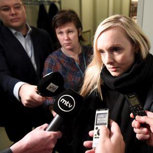Maria Ohisalo möter pressen på väg in i riksdagen.