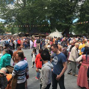 Publikträngsel under medeltida marknaden i Åbo.