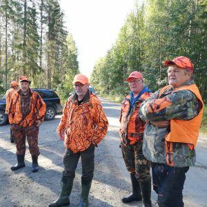 Karhunmetsästäjät odottavat Sotkamon Tipasojalla tietoja.