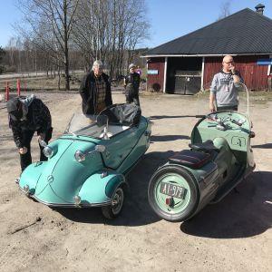 Dvärgbilar utanför Esbo bilmuseum