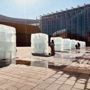 Smältande isblock i en konstinstallation på Medborgartorget i Helsingfors.