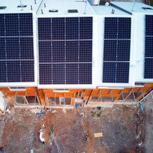 Aurinkopaneeleja rakenteilla olevan talon katolla.