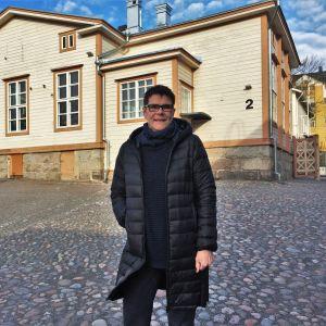 Rektor Elise Kurtén står framför Sirkkala skolbyggnad.
