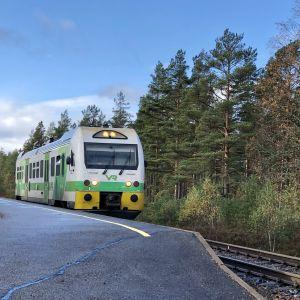 Den grönvita rälsbussen från Hangö har stoppat vid Skogby station.