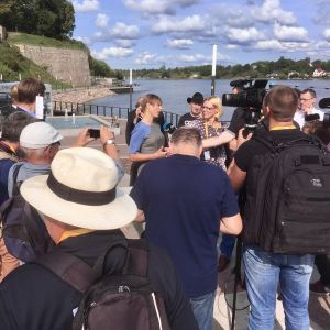 Estlands president talar med media vid Narvafloden.