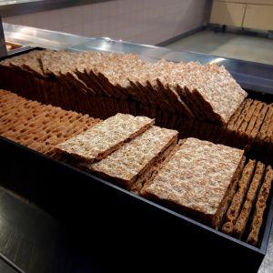 Knäckebröd framlagt i en skolmatsal.
