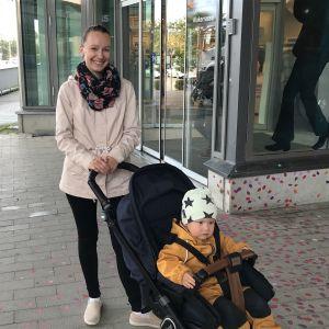 Belinda Andersson med sin son i kärra.