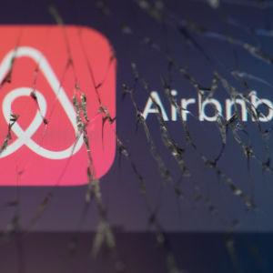 Airbnb logo genom en söndrig skärm
