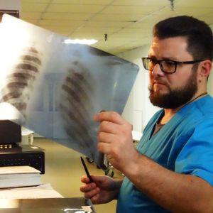 En läkare studerar en röntgenbild