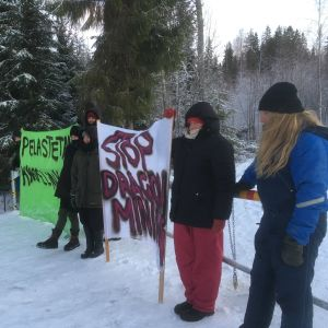 Demonstranter vid infarten till Dragon Minings gruva i Valkeakoski