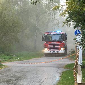 Paloauto tien varressa Kuningattarenpolulla Vanhassa Vaasassa 3.10.2019