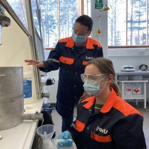 Lehtori Heli Lampinen ja opiskelija Reetta Nieminen valmistavat käsidesiä Tredussa.