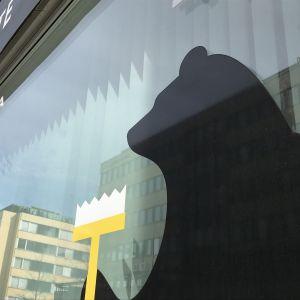Porin karhufiguuri kaupungin palvelupisteen ikkunassa.