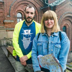 David Moreno (t.v) och Tania Estevez står framför Uspenskijkatedralen i Helsingfors. Bägge ser rätt så glada ut.