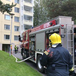 brandman framför höghus