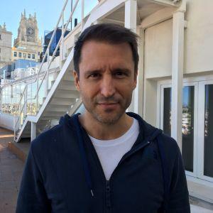 Journalisten Miguel Ángel Muñoz fotograferad på sin arbetsplats i centrala Madrid. I bakgrunden ser vi en vy över stan.