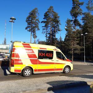 Ambulanssi lähdössä sairaalan pihasta.