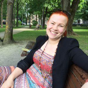 Alexandra Jokinen sitter på en parkbänk i centrala Tallinn