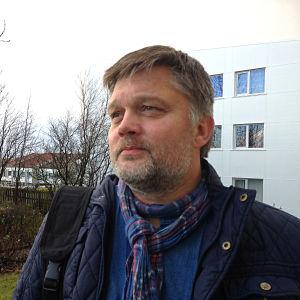 Johannes Kr. Kristjansson utanför sitt hus i Reykjavik.