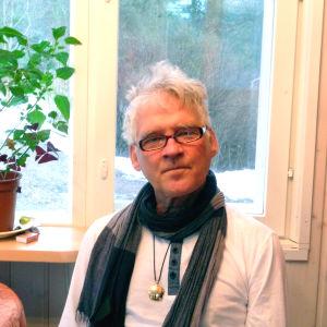Henrik Nyberg sitter på sin veranda (inomhus) i sitt hem i Ekenäs.