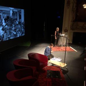 Annamari Vänskä föreläste om varför modet förändras vid Föredragsmaraton på Svenska Teatern i Helsingfors den 8 september 2017. Samtidigt skapades mode på scenen.