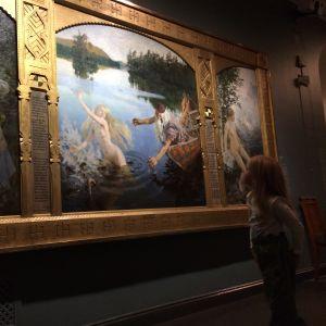 Barn som tittar på Ainotriptyken på Ateneum