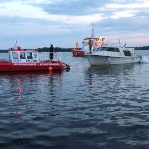 M/s Mässkär har bärgats och transporteras mot land.