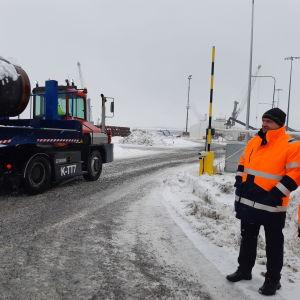 Anders Ahlvik ser på då en lastbil kommer lastad med gasrör.