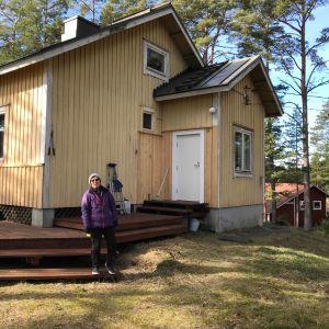 Ansi Lindblad vid sitt hus