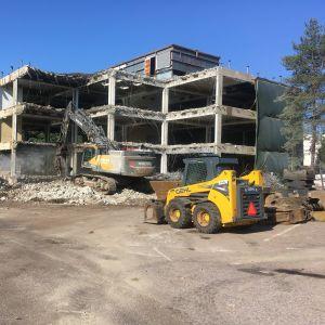 Kuvassa puretaan Yle kampuksella Pasilassa sijainnutta toimistorakennusta.