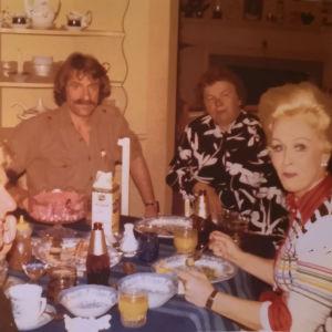 Hilkka Kinnunen, Viktor Klimenko, ja kaksi muuta henkilöä pöydän ääressä vuonna 1975 otetussa valokuvassa.