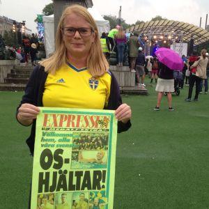 Johanna Wassholm bär på en skylt där det står OS-hjältar