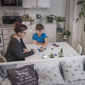Lapsi ja vanhempi pelaavat muistipeliä.