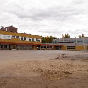 Isolahden koulu och Päivälinnan koulu i Storviken.