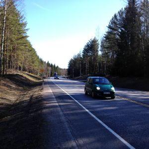 Trafik på riksväg 25 vid Åsenby mellan Ekenäs och Karis.
