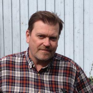 Kolumnisten Jukka Relander är bekymrad över lax- och öringbestånden.