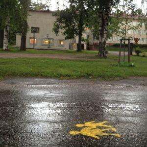 Spraymålade varningar påå gatan