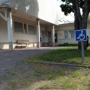 Pojo hvc-byggnad, låg träbyggnad, invaparkeringsplats.