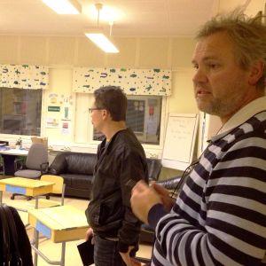 Rektor Anders Vikström visar runt politiker i Gammelbacka skola.